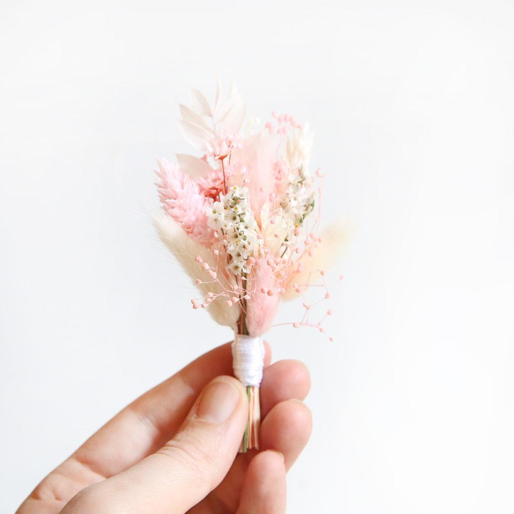boutonniere-fleurs-sechees-rose-poudre-origine-atelier-floral