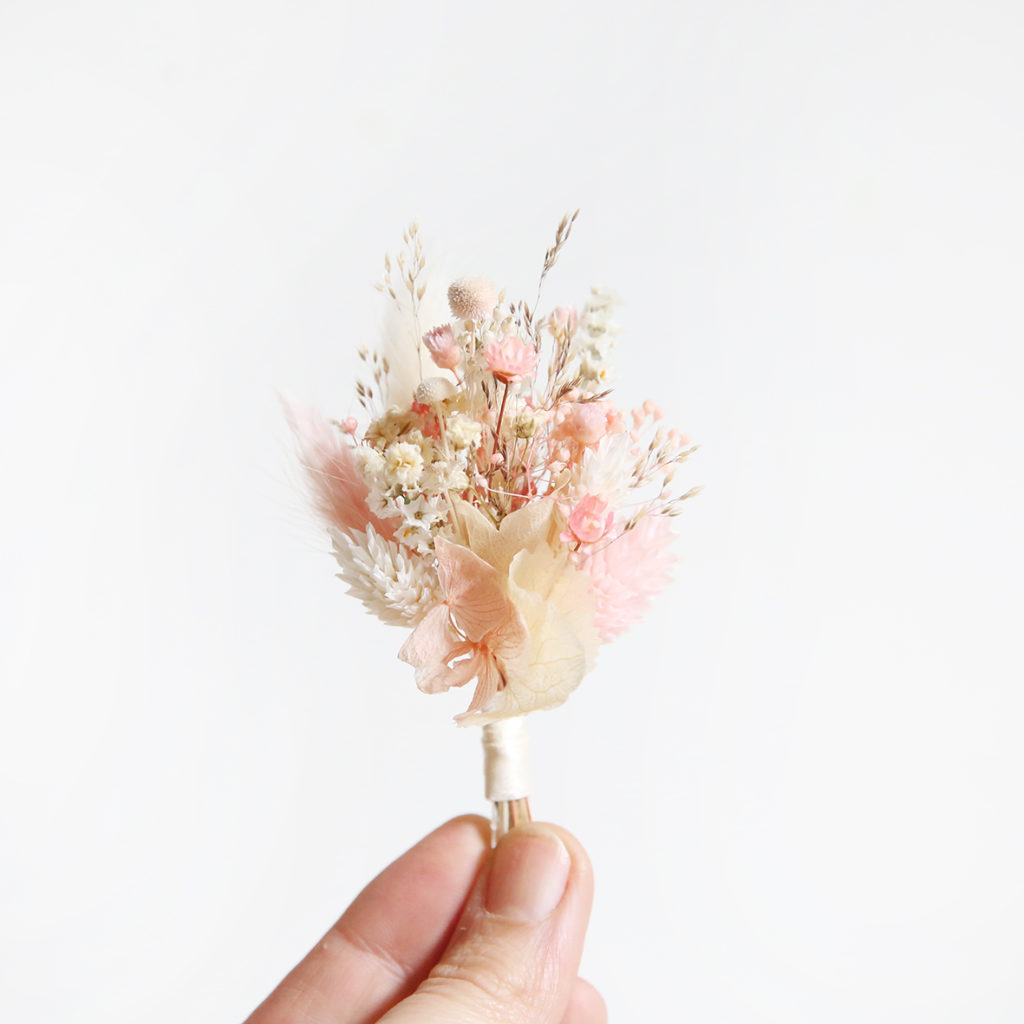 boutonnière-de-mariée-origine-atelier-floral-mariage-rose-poudré